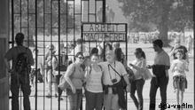 Sergei Loznitsa beobachtet Besucher von KZ-Gedenkstätten. Eines der größten Mysterien solcher Orte ist die Motivation der Menschen, ihre Sommerwochenenden in ehemaligen Konzentrationslagern zu verbringen und Öfen und Krematorien anzuschauen. Um es zu verstehen, habe ich diesen Film gemacht.