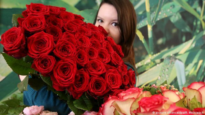 Deutschland Rote Rosen zum Valentinstag
