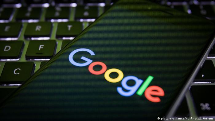 Смартфон с Google на фоне компьютерной клавиатуры
