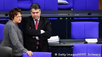 Deutschland Wirtschaftsminister Sigmar Gabriel und Nachfolgerin Brigitte Zypries (Getty Images/AFP/T. Schwarz)
