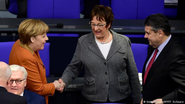 Deutschland Merkel mit Gabriel un Zypries im Bundestag (Getty Images/AFP/T. Schwarz)