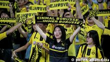 ***Archivbild*** Chinese football fans hold up banners to show support for Borussia Dortmund competing against Manchester City during the Shenzhen match of the 2016 International Champions Cup China in Shenzhen city, south China's Guangdong province, 28 July 2016. Pep Guardiola got his first taste of victory as Manchester City's manager Thursday (28 July 2016) night after beating Borussia Dortmund on penalties in a friendly, but expressed concern about the looming English Premier League season.Football today is tough, said Guardiola, whose side beat their German opposition in the southern Chinese city of Shenzhen. City won, and finally got the workout Guardiola had craved, thanks to a 6-5 penalty shootout win over Dortmund, after the game ended one apiece. City keeper Angus Gunn was the hero of penalties with three saves, including the one sealing their victory when he palmed away Mikel Merino's attempt. |