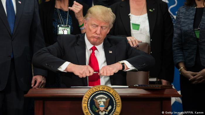 USA Trump unterzeichnet das Dekret zum Grenzzaun mit Mexiko (Getty Images/AFP/N. Kamm)