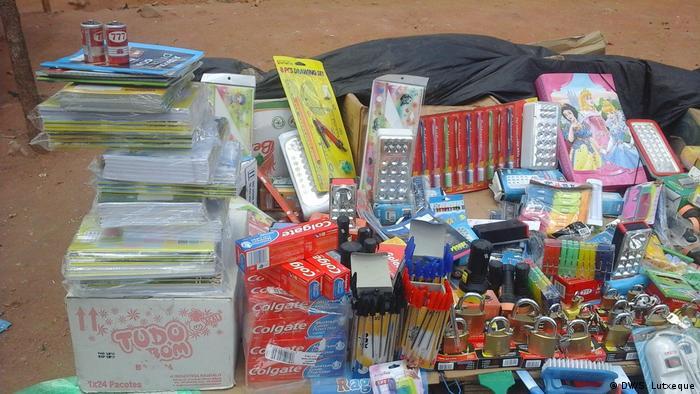 Schulmaterial wird verkauft in Nampula, Mosambik