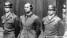 Der zum Tode durch den Strang verurteilte Hauptangeklagte Karl Brandt, der persönliche Arzt Adolf Hitlers, während der Urteilsverkündung. Im grossen Schwurgerichtssaal von Nürnberg begann am 21. November 1946 unter Vorsitz des Gerichtspräsidenten Walter B. Beals der Prozeß gegen 23 Nazi-Ärzte und Wissenschaftler mit der Verlesung der Anklageschrift, die sich in drei Punkte gliederte: 1. die gemeinsame Verschwörung, 2. Kriegsverbrechen und 3. Verbrechen und Experimente an Menschen in Krankenhäusern und Versuchsanstalten. Die 23 Angeklagten erklärten sich für nicht schuldig. Am 20. August 1947 wurden sieben der angeklagten Ärzte zum Tod durch den Strang, fünf zu lebenslanger Haft und vier zu Gefängnisstrafen von 10 bis 20 Jahren verurteilt, sieben Angeklagte waren bereits am Vortag bei der Verkündung des Schuldspruches freigesprochen worden. | Verwendung weltweit