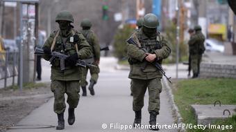 Російська делегація вперше потрапила під санкції ПАРЄ після анексії Криму. На фото: російські солдати на вулицях Сімферополя в березні 2014 року