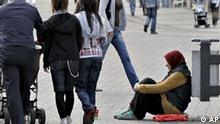 ** ARCHIV ** Eine Bettlerin sitzt am 20. Mai 2008 in der Fussgaengerzone der Innenstadt von Essen. Armut und Einkommensungleichheit haben in Deutschland in den vergangenen Jahren wesentlich schneller zugenommen als in fast allen anderen OECD-Laendern. Von 2000 bis 2005 lebten 10,5 bis 11 Prozent der Bevoelkerung unterhalb der Armutsschwelle, heisst es in einer am Dienstag, 21. Okt. 2008, in Paris vorgestellten Studie der Organisation fuer Wirtschaftliche Entwicklung und Zusammenarbeit (OECD). (AP Photo/ Volker Wiciok) --- ** FILE ** A female beggar is sitting among pedestrians in the city of Essen, western Germany, May 20, May 2008. (AP Photo/Volker Wiciok)