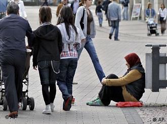 Fußgänger, Bettlerin (Foto: AP)