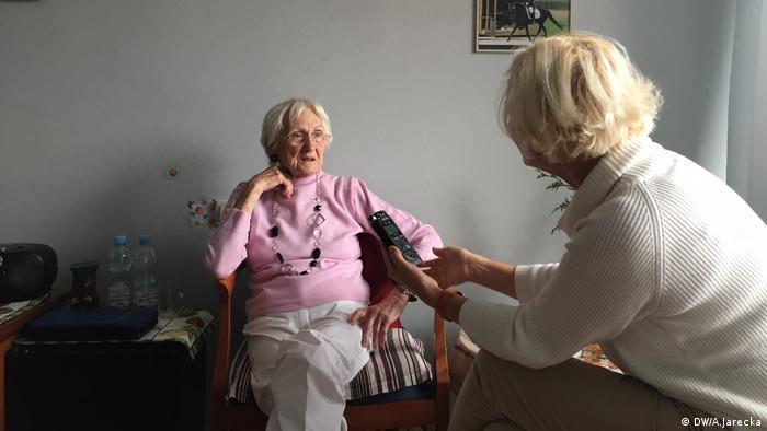 Bewohnerin Ursula Mueller und Alexandra Jarecka Seniorenheim Erania Polen