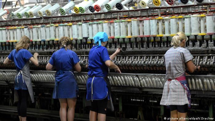 Работницы в цеху прядильной фабрики