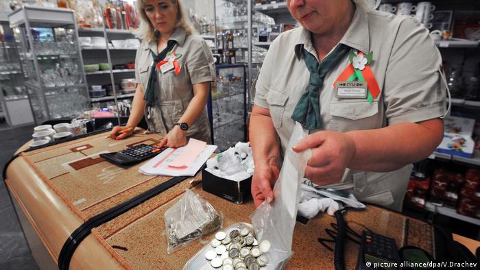 Продавцы в магазине считают выручку
