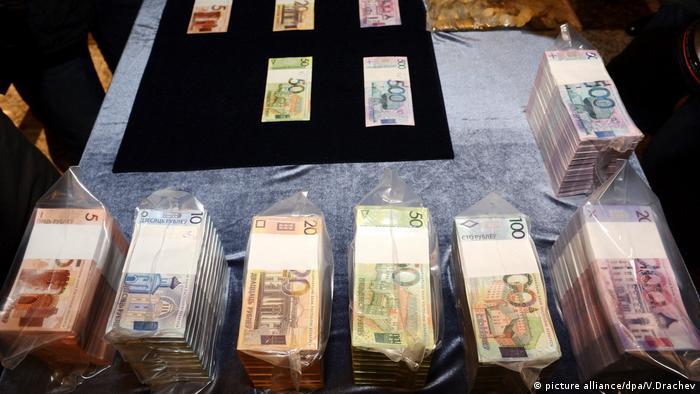 Пачки белорусских банкнот в Нацбанке РБ