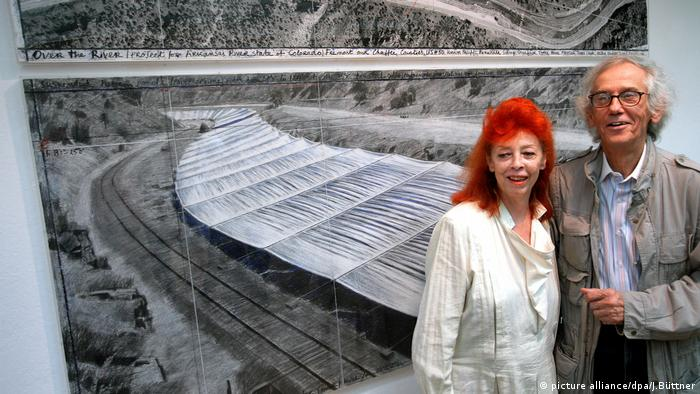 Christo and Jeanne-Claude working on their project 'Over the River' (picture alliance/dpa/J.Büttner)