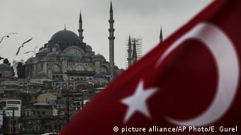 Λιγότερο από δύο μήνες πριν το δημοψήφισμα το αποτέλεσμα παραμένει αμφίρροπο (picture alliance/AP Photo/E. Gurel)