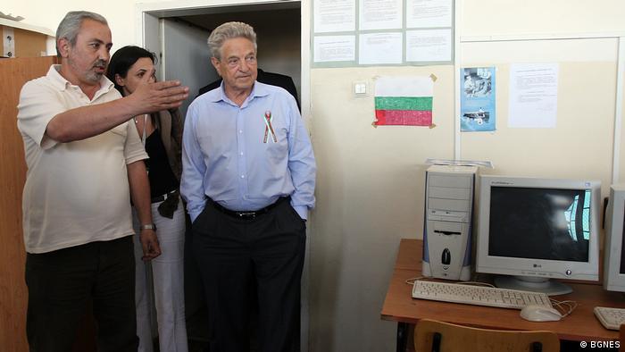 Снимка от 2007 година: по време на престоя си в България Джордж Сорос посещава едно училище