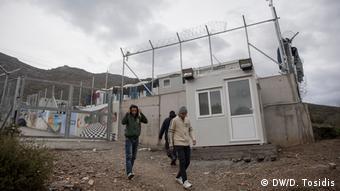 Πρόσφυγες σε καταυλισμό της Σάμου (DW/D. Tosidis)