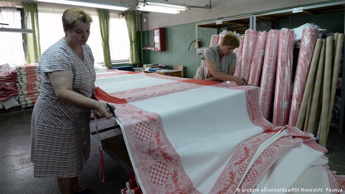 Работницы фабрики изделий из льна в Орше