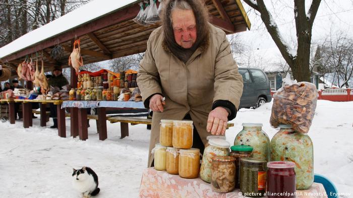 Минская пенсионерка торгует на улице консервами собственного приготовления