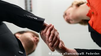 Обмен рукопожатием с коллегой