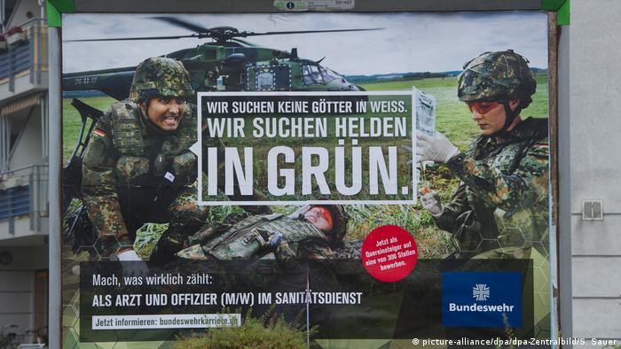 Symbolbild Bundeswehr | Werbeplakat Rekrutierung (picture-alliance/dpa/dpa-Zentralbild/S. Sauer)
