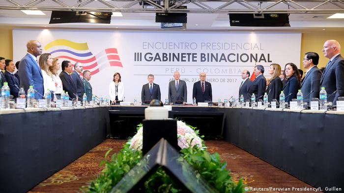 Gruppenbild Peruanischer Präsident Pedro Pablo Kuczynski mit Kolumbianischem Präsidenten Juan Manuel Santos in Arequipa bei Peru-Kolumbien-Gipfel (Reuters/Peruvian Presidency/L. Guillen)
