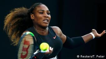 Serena, además rompió la igualdad que mantenía con la alemana Steffi Graf y figura ahora con 23 Grand Slams, a un solo título de los 24 de la australiana Margaret Court, que ostenta el récord histórico. (Reuters/T. Peter)