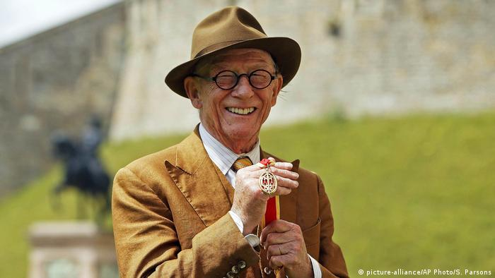 John Hurt Ritterschlag durch Queen Elizabeth (picture-alliance/AP Photo/S. Parsons)