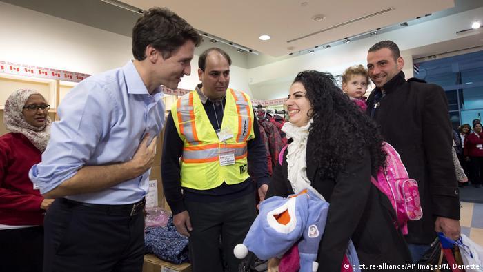 Kanada Premierminister Justin Trudeau begrüßt Migranten (picture-alliance/AP Images/N. Denette)