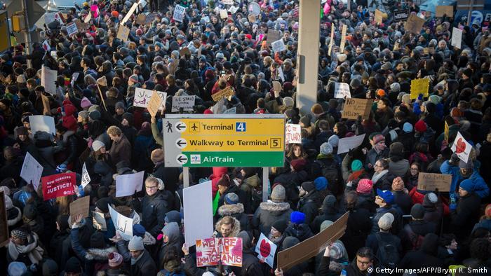Протестующие в международном аэропорту имени Джона Кеннеди в Нью-Йорке