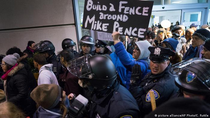Протестующие в международном аэропорту имени Джона Кеннеди в Нью-Йорке.