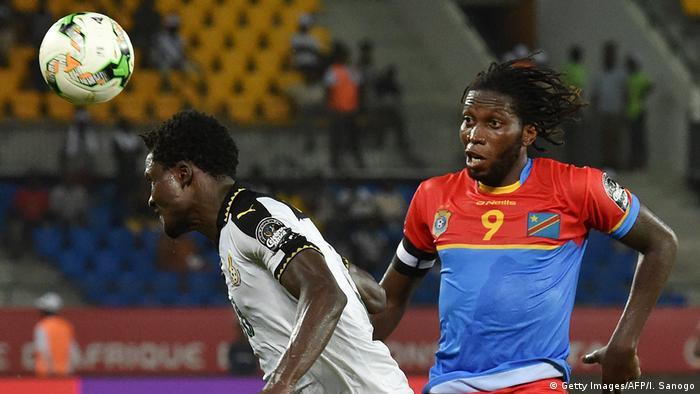 Dieumerci Mbokani (RDC) lors de la CAN 2017 face au défenseur ghanéen Daniel Amartey