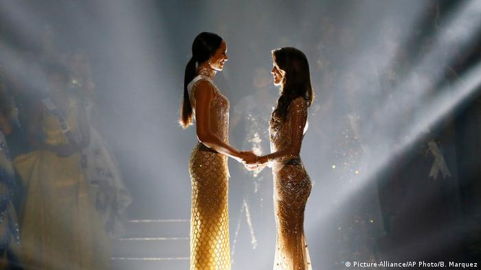 Miss Universe 2017 Iris Mittenaere und Raquel Pelissier (Picture-Alliance/AP Photo/B. Marquez)