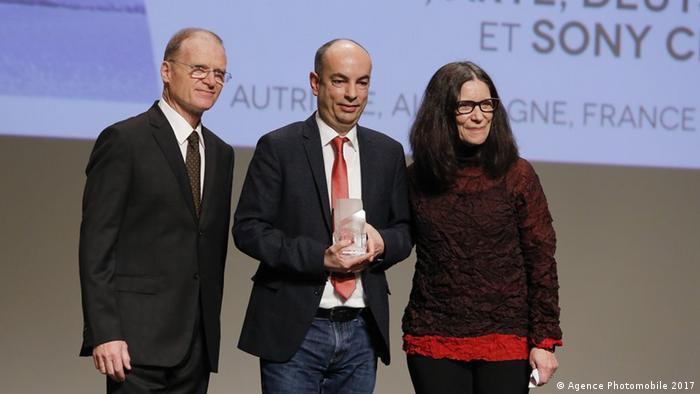DW-Mitarbeiter Christian Berger nimmt den FIPA-Preis für die Dokumentation Currentzis - der Klassikrebell entgegen