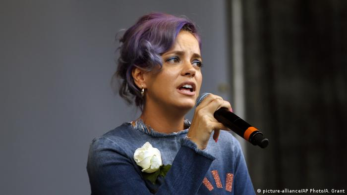 Lily Allen mit Mikrofon picture-alliance/AP Photo/A. Grant)