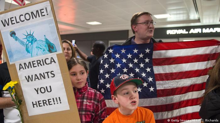 USA Amerika protestiert gegen den Einreiseverbot für Muslime Virginia (Getty Images/AFP/P. J. Richards)