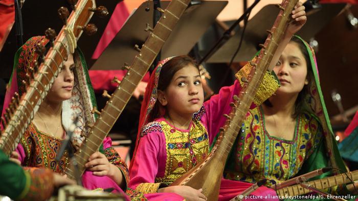 Davos Zohra Afghanisches Frauenorchester (picture-alliance/keystone/dpa/G. Ehrenzeller)