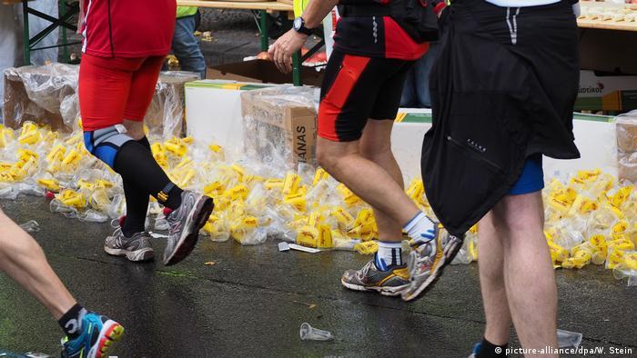 Umweltverschmutzung durch Plastikbecher Marathon (picture-alliance/dpa/W. Stein)