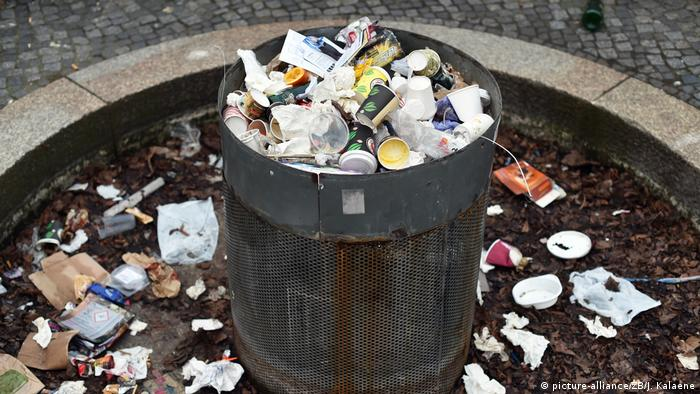 Overflowing public rubbish bin in Berlin (picture-alliance/ZB/J. Kalaene)