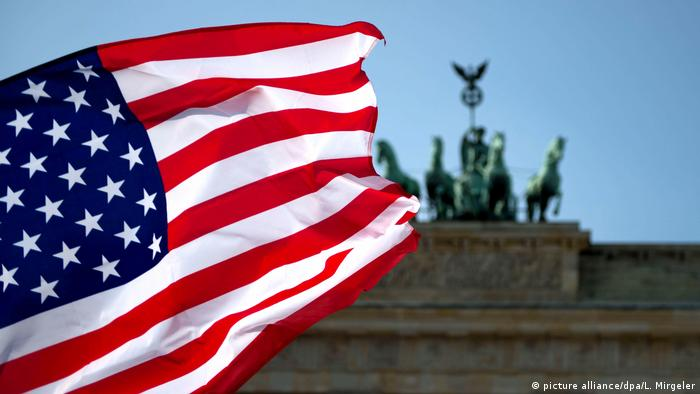 Američka zastava pred Brandenburškim vratima