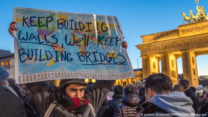 El alto comisionado de la ONU para los DD. HH., Al Husein, afirmó que el veto temporal del presidente de EE. UU., Donald Trump, a la entrada de ciudadanos de 7 países de mayoría musulmana, es ilegal y malvado y que desperdicia recursos en la lucha contra el terrorismo. Las protestas se están haciendo escuchar en todo el mundo. En la foto, una manifestación contra Trump en Berlín. (30.01.2017)