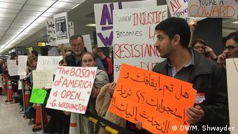 USA Washington - Proteste gegen Trumps Einreisestop am Dulles Airport