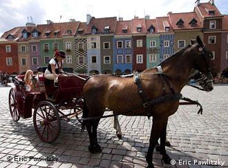 Pferdekutsche vor der Altstadtkulisse von Poznan