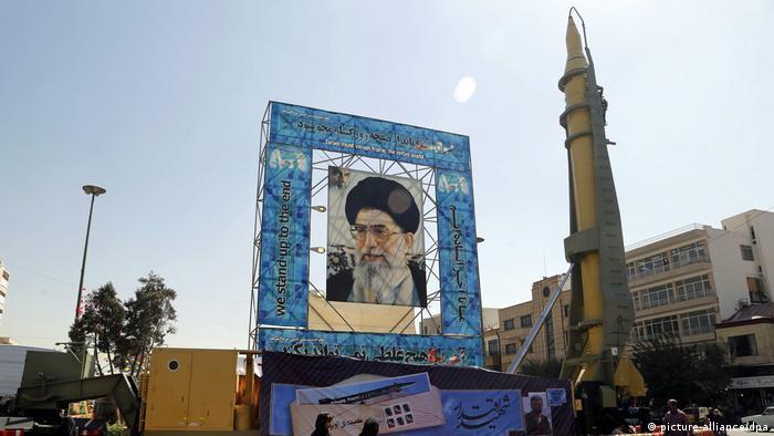Iran Mittelstreckenrakete Ghadr Khomeini Portrait (picture-alliance/dpa)