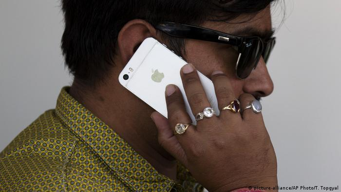 India Apple iphone User (picture-alliance/AP Photo/T. Topgyal)