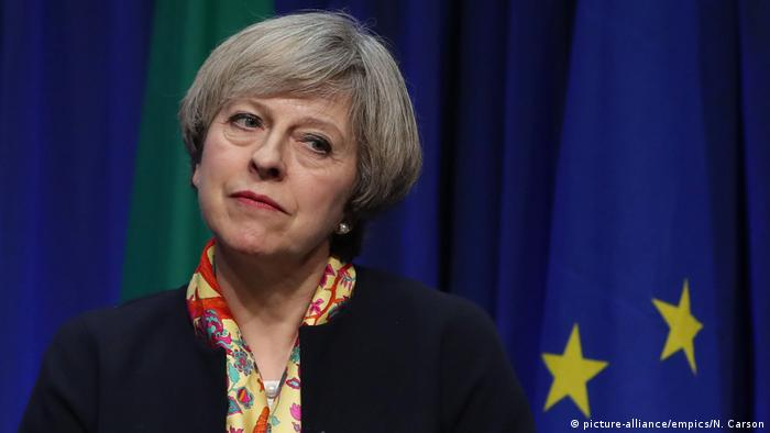 Theresa May EU Fahne (picture-alliance/empics/N. Carson)
