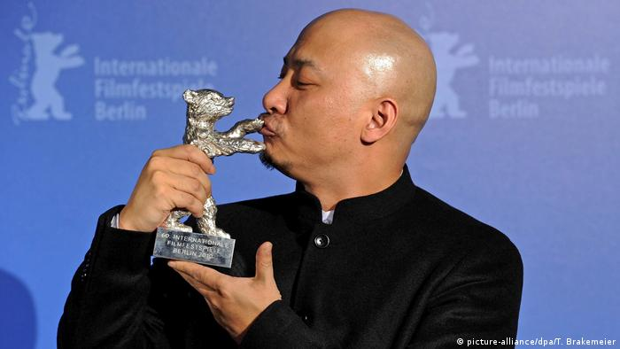 Berlinale 2010 Wang Quan'an mit Bären (picture-alliance/dpa/T. Brakemeier)