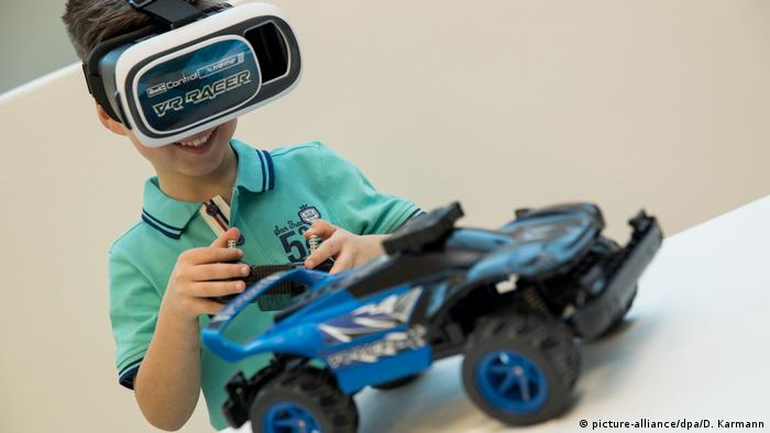 68th Nuremberg Toy Fair | Revell Control X-treme Raver VR Racer (picture-alliance/dpa/D. Karmann)