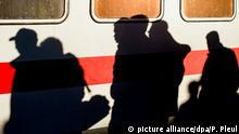 ARCHIV - Flüchtlinge laufen am 03.10.2015 nach ihrer Ankunft über den Bahnsteig am Bahnhof in Schönefeld (Brandenburg). Foto: Patrick Pleul/dpa (zu dpa/lrs «Rheinland-Pfalz schiebt Flüchtlinge über andere Länder ab» vom 26.10.2015) +++(c) dpa - Bildfunk+++ | Verwendung weltweit
