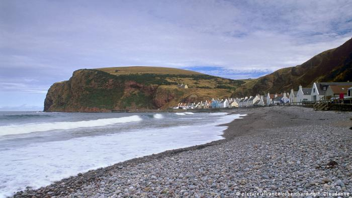 Small fishing village of Pennan, setting of the movie Local Hero, north coast, Aberdeenshire, Scotland, United Kingdom, Europe (picture-alliance/robertharding/P. Dieudonne)