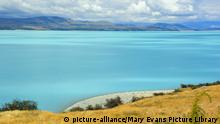 Laka Pukaki - milky blue water of Lake Pukaki makes